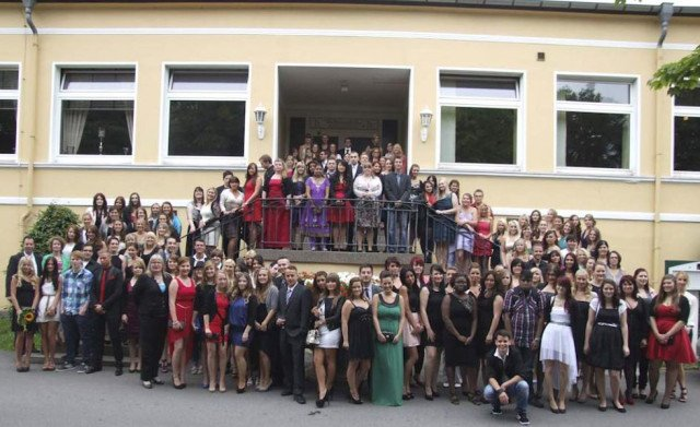 Die Absolventinnen und Absolventen aller sechs Bildungsgänge am Placida Viel Berufskolleg stellen sich den Fotografen. Foto: SMMP/Hofbauer
