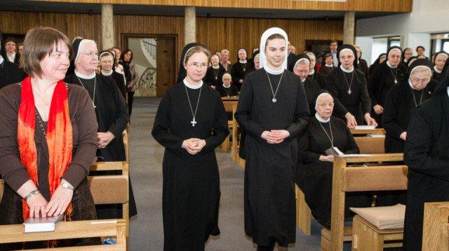 Im Ordenskleid zieht Schwestrer Franziska Lennartz an der Seite von Noviziatsleiterin Schwester Maria Elisabeth Goldmann in die Kirche ein. Foto: SMMP/Bock