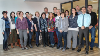 Geschafft: Die Leiterinnen und Leiter der stationären, teilstätionären und ambulanten Einrichtungen der Seniorenhilfe SMMP freuen sich mit den beiden Assessoren Frank Slawik (2.v.r.) und Uwe Beul (3.v.r.) und Geschäftsführerin Andrea Starkgraff (4.v.l.) über das gute Ergebnis. Foto: SMMP