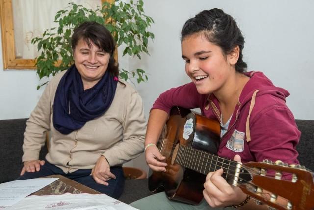 Die Leiterin der Kinderheims, Juliana Ciceu, übt mit Micaela ein Lied ein. (Foto: Achim Pohl)