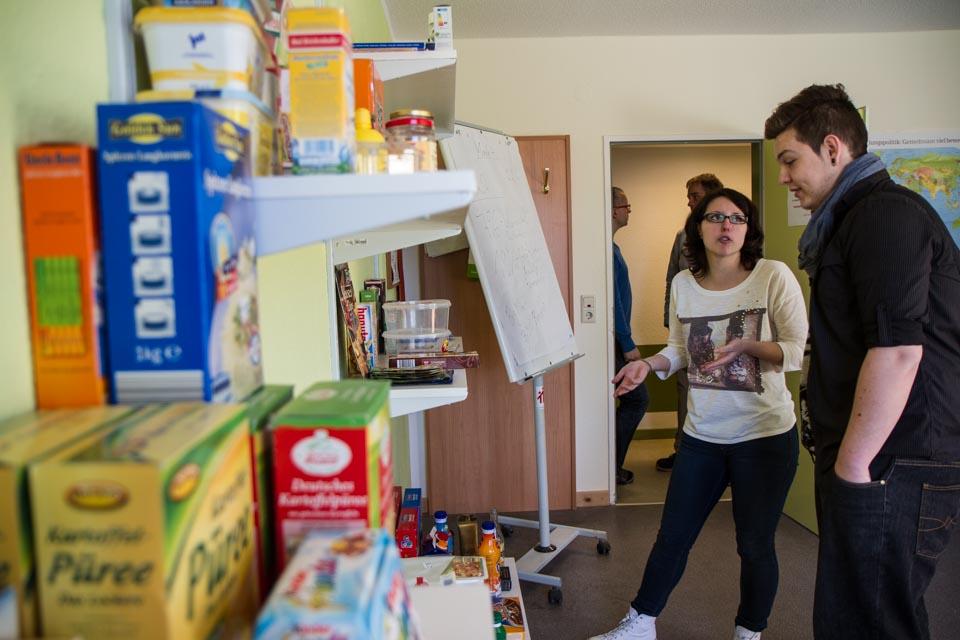 Im nachgebauten Kaufladen lernen die Jugendlichen die Voraussetzungen für eine mögliche Ausbidlung im Einzelhandel. Foto: SMMP/Bock