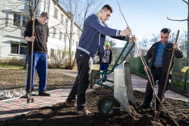 Im Garten legen die Jugendlichen ihr eigenes Reich an. Und wehe, da ritzt jemand seinen Namen ins Holz oder rupft jemand Blumen aus. Foto. SMMP/Bock