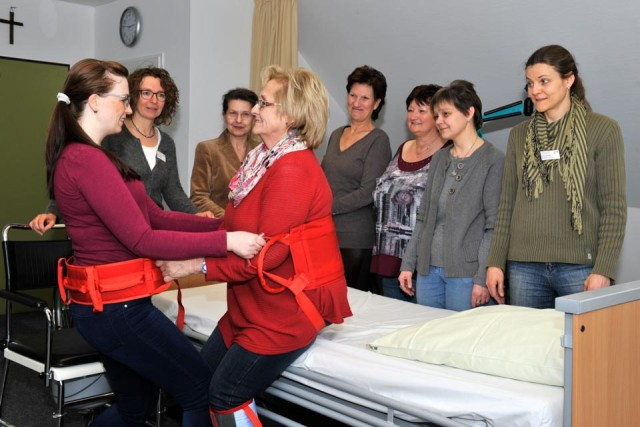 Pflegetraining am Gertrudis-Hospital (Foto: KKRN)