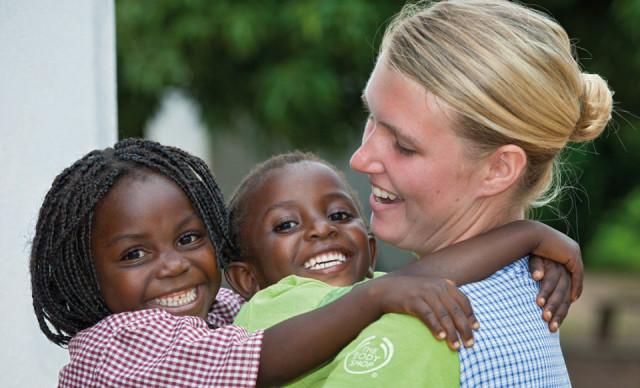 Jedes Jahr entsenden die Schwestern der heligen Maria Magdalena Postel Missionare auf Zeit. Dieses Bild zeigt Maren Remme bei ihrem Auslandseinsatz in Metarica 2012. Foto: Achim Pohl