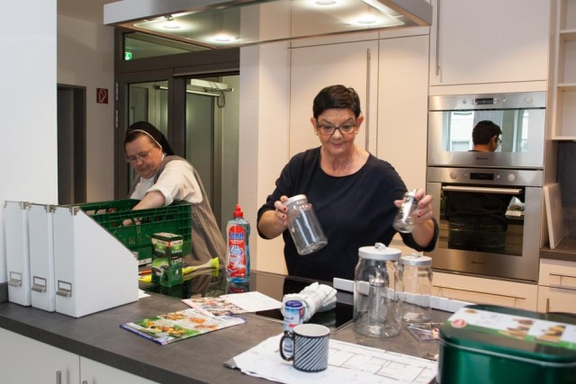 Schwester Veronika Walter und Annette Longinus-Nordhorn räumen in diesen Tagen die Küche und die anderen Gemeinschaftsräume der Senioren-WG ein. (Foto: SMMP/Beer)