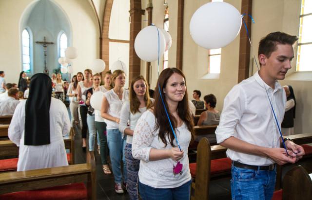 Mit weißen Luftballons zogen die neuen Missionare auf Zeit am Samstagmittag aus der Kirche aus - und ließen sie vor dem Kloster in den Himmel steigen. Foto: SMMP/Bock