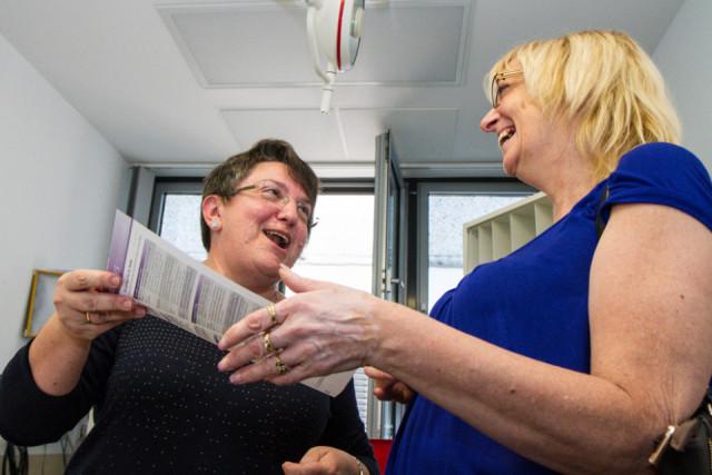 """""""Ihre Blutzuckerwerte sind völlig in Ordnung"""" versichert die Ärztin Dr. Eugenia Patsoukova der Besucherin Petra Patmanidis. Der Tag der offenen Tür zum 100. Geburtstag des Gertrudis-Hospitals war ein voller Erfolg. Foto: SMMP/Bock"""