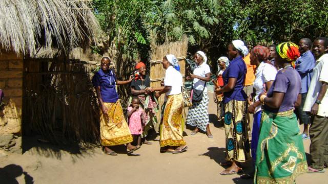 Die Novizinnen in Mosambik besuchen im Rahmen ihres Noviziatspraktikums Familien in Nametoria. Hier sind die schwestern der heiligen Maria Magdalena Postel seit 2014 tätig. Foto: Sr. Leila de Souza e Silva/SMMP