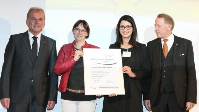 Britta Hagedorn und Carina Rothfeld nahmen in Düsseldorf die Urkunde entgegen. (Foto: Bildschön GmbH)