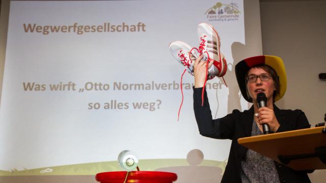 In der Riolle der Otto-Normal-Verbraucherin zeigt Hildegard Schäfer, was wir Deutsche alles wegwerfen, obwohl es noch funktionsfähig ist. Foto: SMMP/Bock