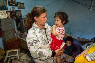 Oft leben Eltern und Kinder unter katastrophalen hygienischen Bedinguingen auf wenigen Quadtratmetern zusammen. Foto: Achim Pohl