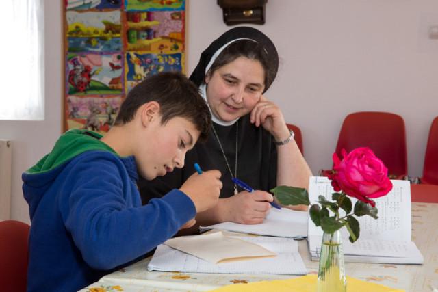 Schwester Carmen Tereza Rusu mit einem Kind bei den Hausaufgaben. Das Schicksal der Jungen und Mädchen, die sonst auf der Straße leben müsten, liegt den Schwestern besonders am Herzen. Foto: Achim Pohl