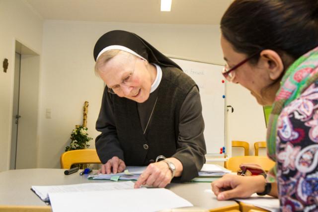 Schwester Maria Simone Hellbach unterrichtet Flüchtlinge aus Syrien, Somalia, Afghanistan und dem Kosovo. Foto: SMMP/Bock