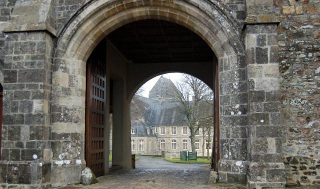 Die Pforte zu der Abtei St. Sauveur-le-Vicomte in er Normandie. Von hier aus brach Schwester Placida zu ihren Reisen auf. Foto: SMMP/Bock