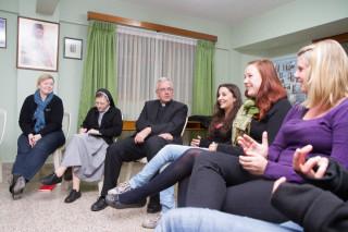 Sr. Theresia Lehmeier und Birgit Bagaric (l.) mit Weihbischof Matthias König (3.v.l.) beim Zwischenseminar für Missionarinnen und Missionare auf Zeit in Bolivien im Februar 2012. Foto: SMMP/Bock