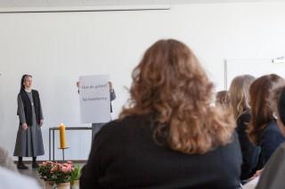 Barmherzigkeit kann jeder. Sagen jedenfalls Schwester Lucia Maria Schiefner und Schwester Maria Elisabeth Goldmann (hinter dem Plakat). (Foto: SMMP/Beer)