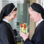 Wie bei jedem großen Ereignis gibt es auch zur Profess Geschenke. Schwester Maria Gabriela Franke ist die erste Gratulantin. (Foto: SMMP/Beer)