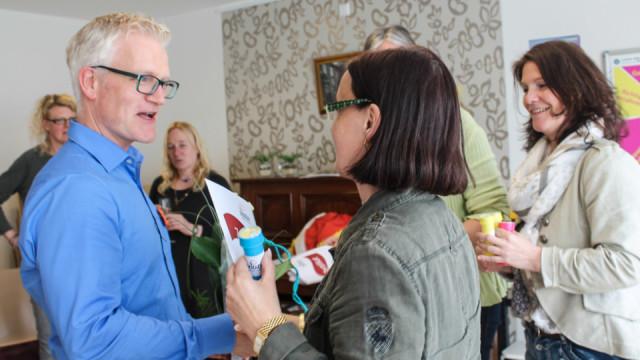 Andreas Wedeking (l.) überreicht die Zertifikate der Fortbildung KIDZELN (Kindern Demenz erklären). Dieses Seminar fand im Rahmen der Lokalen Allianz für Demenz in Wadersloh statt. Foto: SMMP