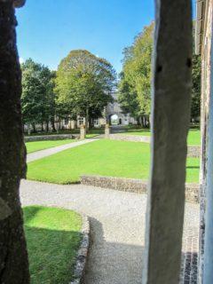 Blick aus dem Fenster Richtung Klostertor: Von diesem Fenster aus soll Sr. Maria Magdalena Postel gesehen haben, wie Sr. Placida der Mut verließ. (Foto Sr. Julia Maria)