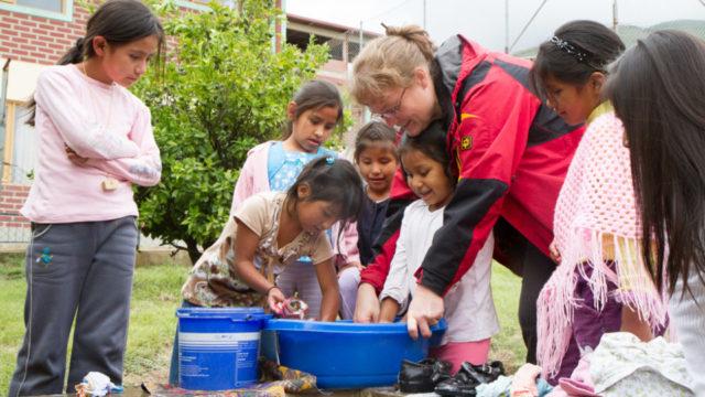 Petra Sadura zwischen den Kindern der Aldea Cristo Rey: Acht Jahre lang leitete sie das Kinderdorf. Foto: SMMP/Bock