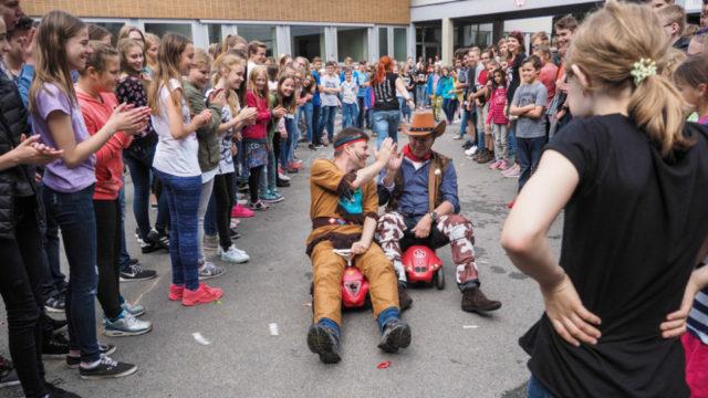"""Unter dem Motto """"Winnetou und ABIHatschi"""" feierten die Abiturienten am Walburgisgymnasium in Menden ihren Schulabschluss beim """"Abisturm"""" als Schritt in die Freiheit. Foto: SMMP/Christoph Scholz"""