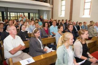Die Familien der MaZ, Freunde und Ordensschwestern wohnen der Aussendungsfeier bei. Foto. SMMP/Bock