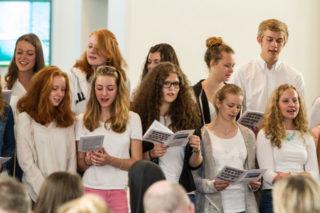 Gemeinsam singen die Missionarinnen und Missionare auf Zeit das Botschafterlied. Foto: SMMP/Bock