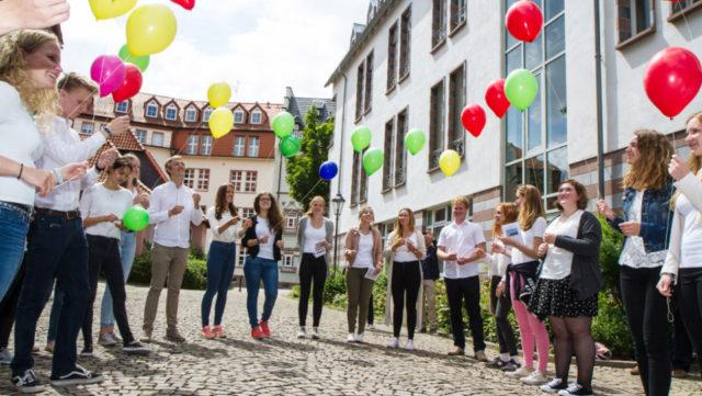 Nach dem Aussendungsgottesdienst lassen die jungen Missionarinnen und Missionare auf Zeit ihre Ballons in den Himmel steigen. Foto: SMMP/Bock