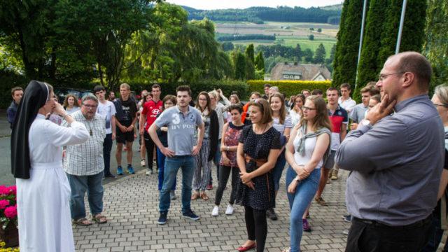 Bonsoir: Sr. Theresita Maria Müller begrüßt die 120 Jugendlichen aus der Diözese Coutances im Bergkloster Bestwig. Foto: SMMP/Bock