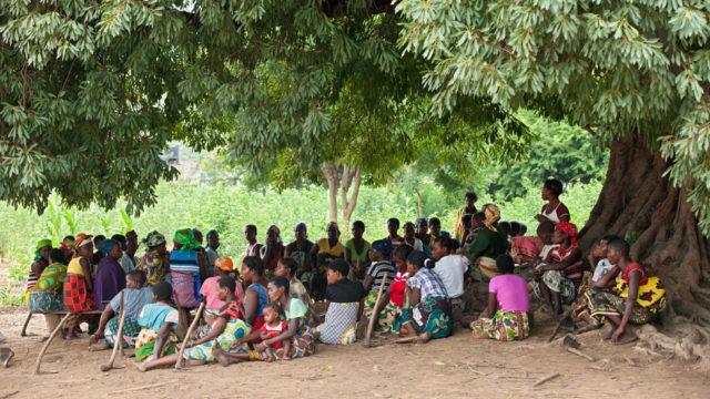 Der Schulunterricht findet in Mosambik auch schon mal draußen statt. Foto: SMMP/Achim Pohl
