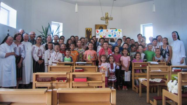 Kinder, Jugendliche, Schwestern und Pfarrer Valentin Bulai danken Sr. Adelgundis am Ende des Gottesdienstes für ihren Einsatz. Foto: Winfried Meilwes/SMMP