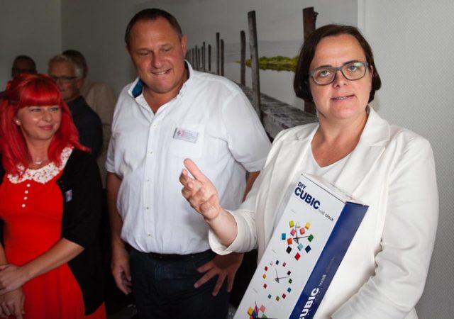 Zur Einsegnung der Büroräume am Elisabeth-Krankenhaus in Dorsten schenkte Geschäftsführerin Andrea Starkgraff dem Team des Ambulanten Dienstes St. Elisabeth eine bunte Uhr. (Foto: SMMP/Beer)