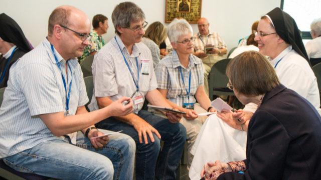In Kleingruppen tauschten sich die Besucherinnen und Besuchern mit den Ordensschwestern darüber aus, was die Werke der Barmherzigkeit im eigenen Leben bedeuten. Foto. SMMP/Bock