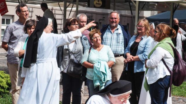 Sr. Pia Elisabeth Hellrung führt eine Besuchergruppe beim Tag der offenen Tür im Bergkloster Heiligenstadt über das Gelände. Foto: SMMP/Sr. Maria Thoma Dikow