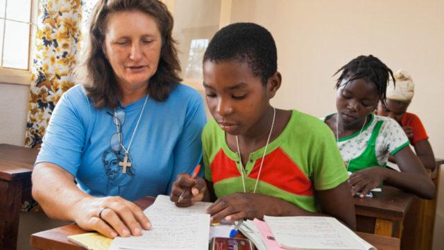 Sr. Fátima Sehnem bei der Hausaufgabenbetreuung in der Schule in Metarica/Mosambik.. Foto: Achim Pohl