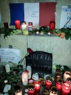 Gedenk-Kerzen vor dem Rathaus Münster nach den Anschlägen von Paris im November 2015. Foto: Sr. Klara Maria Breuer