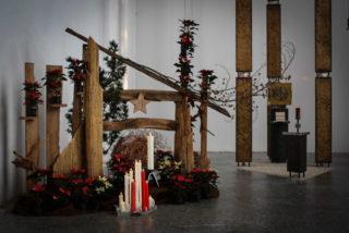 Kerzen setzen Lichtakzente in der Dreifaltigkeitskirche des Bergklosters Bestwig. Foto: Sr. Walburga Maria Thomes