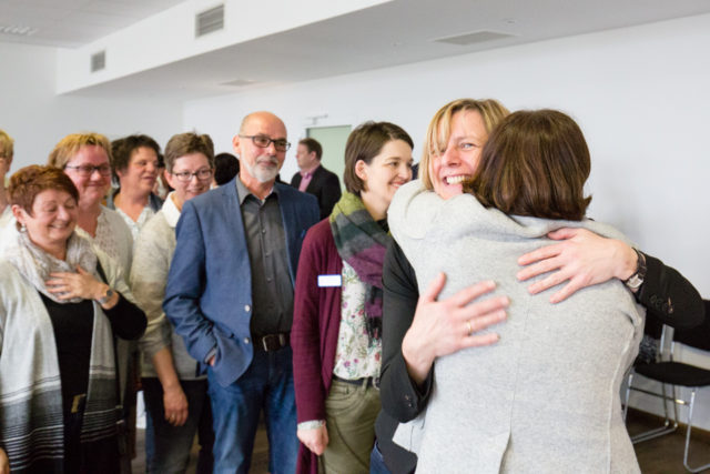 Mit vielen herzlichen Umarmungen verabschiedeten sich die leitenden Mitarbeiter der Seniorenhilfe SMMP am Dienstag von Andrea Starkgraff. Foto: SMMP/Beer