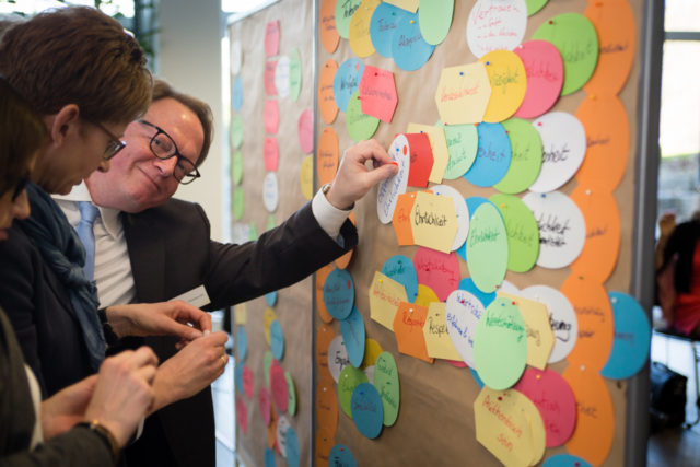 Was ist uns wichtig? Teilnehmer der Frühjahrstagung diskutieren über Werte. (Foto: SMMP/Beer)