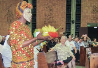 Mit traditionellen Masken gestalteten die jungen Schwestern aus Mosambik den Festgottesdienst mit - hier bei der Gabenbereitung Foto: Sr. Klara Maria Breuer