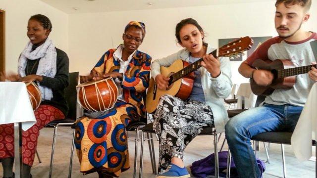 Musizieren im Bergkloster: Ester und Luísa aus Mosambik und Marica und Paulo aus Brasilien. (Foto: SMMP/Müller)