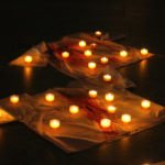 200 Teelichter stehen am Schluss auf den 13 Bluthemden. Foto: SMMP/Ulrich Bock