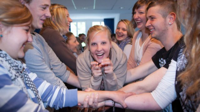 Zusammenhalt wird an den SMMP-Schulen groß geschrieben - so wie hier am Berufskolleg Canisiusstift in Ahaus. Der neue Geschäftsführer Stefan Burk will mit dafür sorgen, dass das so bleibt. Foto: SMMP/Beer