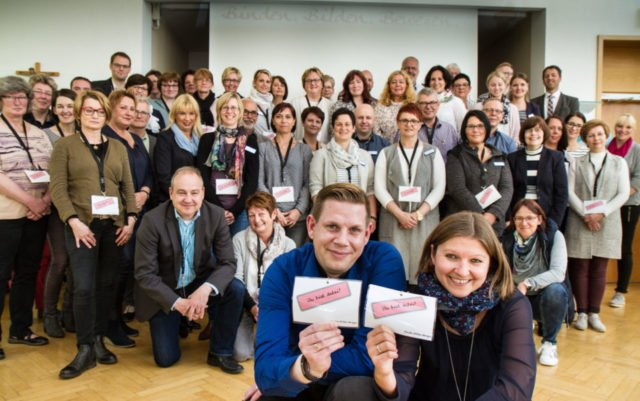 """""""Wir sind dabei"""": Die 60 Teilnehmerinnen und Teilnehmer der Auftaktveranstaltung versammeln sich zum Gruppenfoto. Foto: SMMP/Bock"""