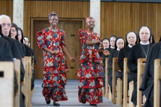 Schwester Luisa und Schwester Esther tanzen zur Gabenbereitung. Die beiden Mosambikanerinnen verbringen zurzeit ein Jahr in Deutschland. Foto: SMMP/Bock