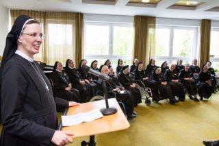 Generaloberin Sr. Maria Thoma Dikow vergleicht das Ordensleben bei der Feier im Kapitelsaal mit einem von Gott mitgewebten Teppich. Foto. SMMP/Bock