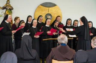 Der Chor unter der Leitung von Sr. Theresita Maria Müller gratulierte musikalisch. Foto: SMMP/Bock