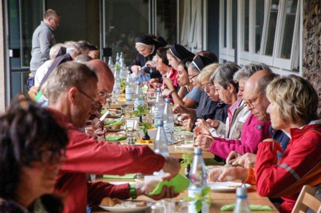 Zum Abschluss der Tages gibt es für die Wanderer im Innenhof des Klosters Würstchen und Kartoffelsalat. Foto: SMMP/Bock
