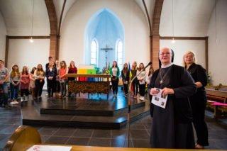Schwester Aloisia Höing überreichter den Missionaren auf Zeit ihr Sendungszeichen. (Foto: SMMP/Beer)