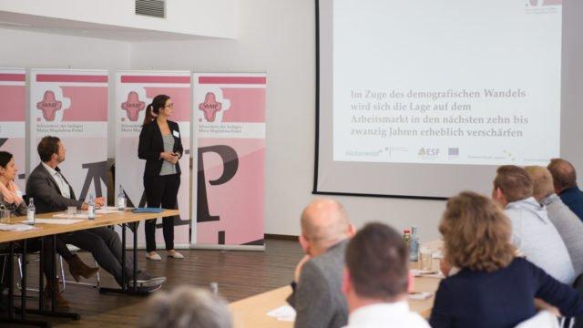 Carina Rothfeld von der Stabstelle Unternehmensentwicklung der Seniorenhilfe SMMP erläutert die Grundlagen des dreijährigen Programms. Foto: SMMP/Bock